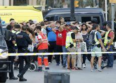GRA261. BARCELONA, 17/08/2017. Un grupo de gente con los brazos en alto ante el despliegue policial en el lugar del atentado ocurrido hoy en las Ramblas de Barcelona, un atropello masivo en el que una furgoneta ha arrollado a varios peatones que paseaban por la zona, y en el que un total de 13 personas han fallecido y más de 50 han resultado heridas. EFE/Andreu Dalmau
