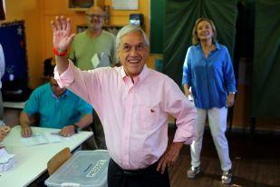 Candidato chileno Sebastián Piñera saluda a los medios durante balotaje presidencial en Santiago, Chile, 17 de diciembre de 2017. REUTERS/Ivan Alvarado