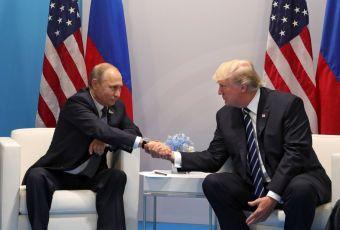 Ha4 HAMBURGO (ALEMANIA) 07/07/2017. El presidente ruso, Vladímir Putin, conversa con el presidente estadounidense, Donald J. Trump (d), durante una reunión bilateral en el ámbito de la cumbre de líderes de estado y gobierno del G20, en Hamburgo (Alemania) hoy, 7 de julio de 2017. EFE/MICHAEL KLIMENTYEV / SPUTNIK / KREMLIN POOL/ CRÉDITO OBLIGATORIO