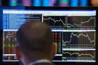 Las bolsas europeas abrieron a la baja el jueves por unos datos económicos decepcionantes en Alemania y Francia que arrojaron nuevas dudas sobe la recuperación económica de la zona euro. En la imagen, un hombre mira las pantallas de los índices bursátiles en la Bolsa de Nueva York el 13 de marzo de 2014. REUTERS/Lucas Jackson