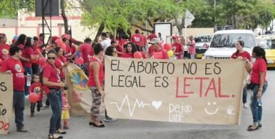 con globos rojos carteles alusivos al e2809cno al abortoe2809d y camisetas rojas con el logo da la 1