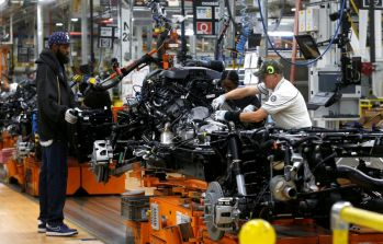 FILE PHOTO: Fiat Chrysler Automobiles assembly workers build 2019 Ram pickup trucks at the FCA Sterling Heights Assembly Plant in Sterling Heights, Michigan, U.S., October 22, 2018. Picture taken on October 22, 2018. REUTERS/Rebecca Cook/File Photo