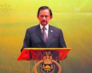 En esta imagen, tomada el 10 de octubre de 2013, el sultán de Brunei, Hassanal Bolkiah, interviene durante la ceremonia de clausura y entrega de la presidencia de la ASEAN a Myanmar, en Bandar Seri Begawan. (AP Foto/Vincent Thian)