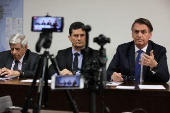 O presidente Jair Bolsonaro faz transmissão ao vivo ao lado dos ministros de Segurança Institucional (GSI), General Augusto Heleno, e da Justiça e Segurança Pública, Sergio Moro.