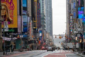 Los semáforos iluminan la calle 42 en Times Square, Nueva York el miércoles 25 de marzo de 2020. (AP Foto/Mary Altaffer)